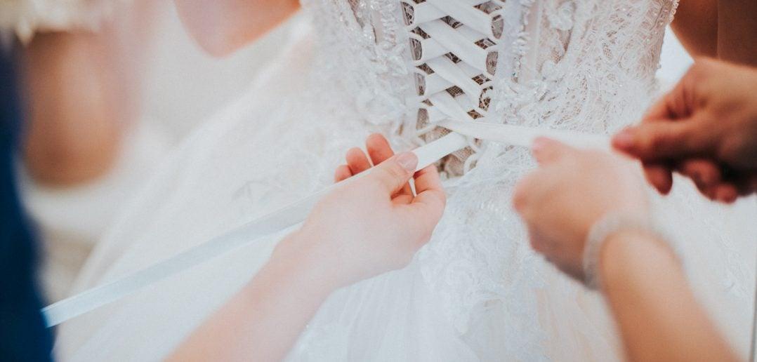 ウェディングドレス 編み上げ
