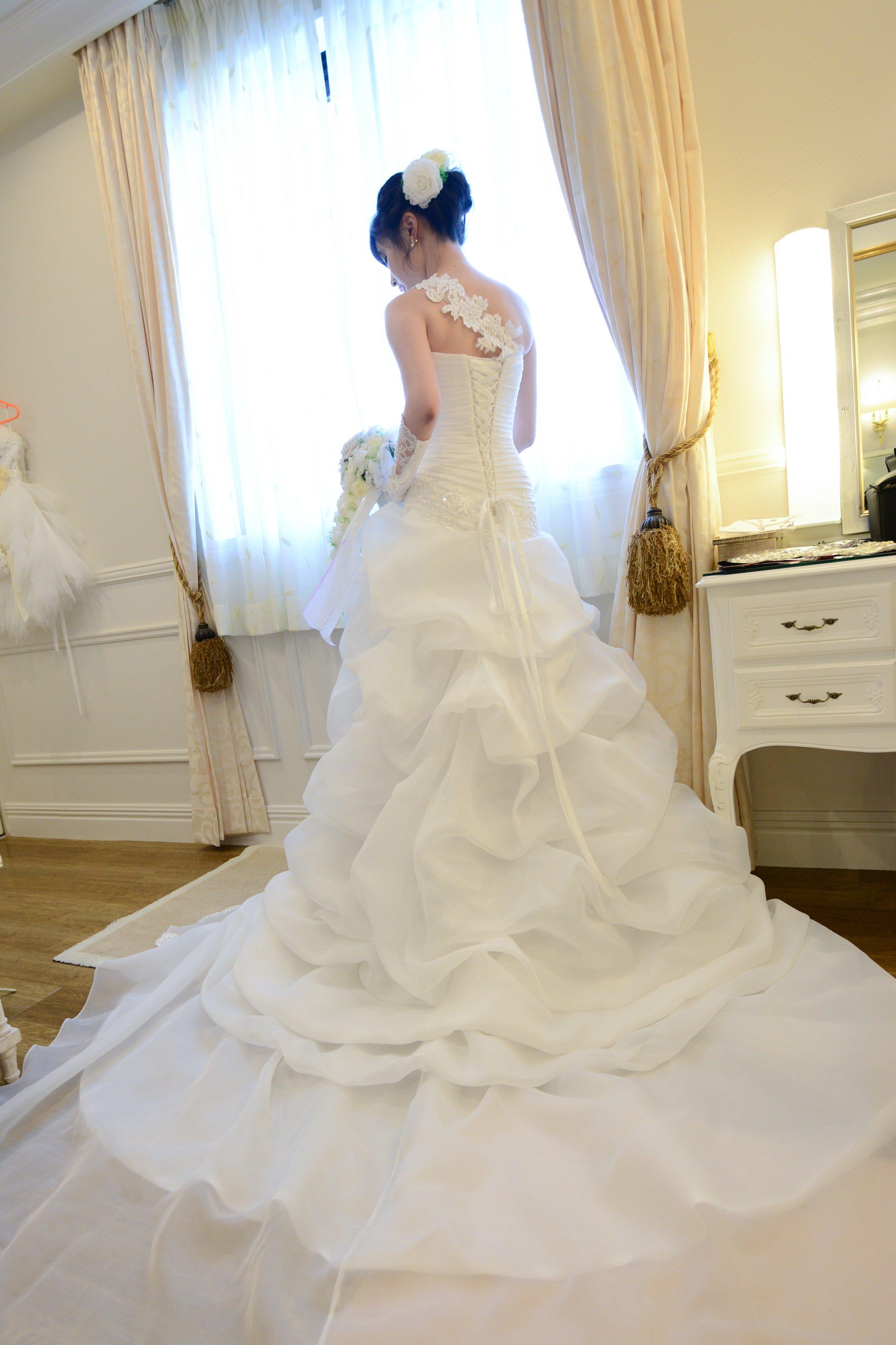 アシンメトリーウェディングドレス バックスタイル