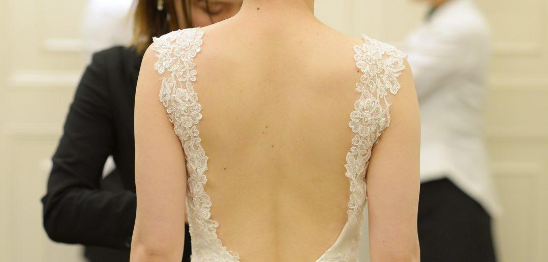 バックレスウェディングドレス