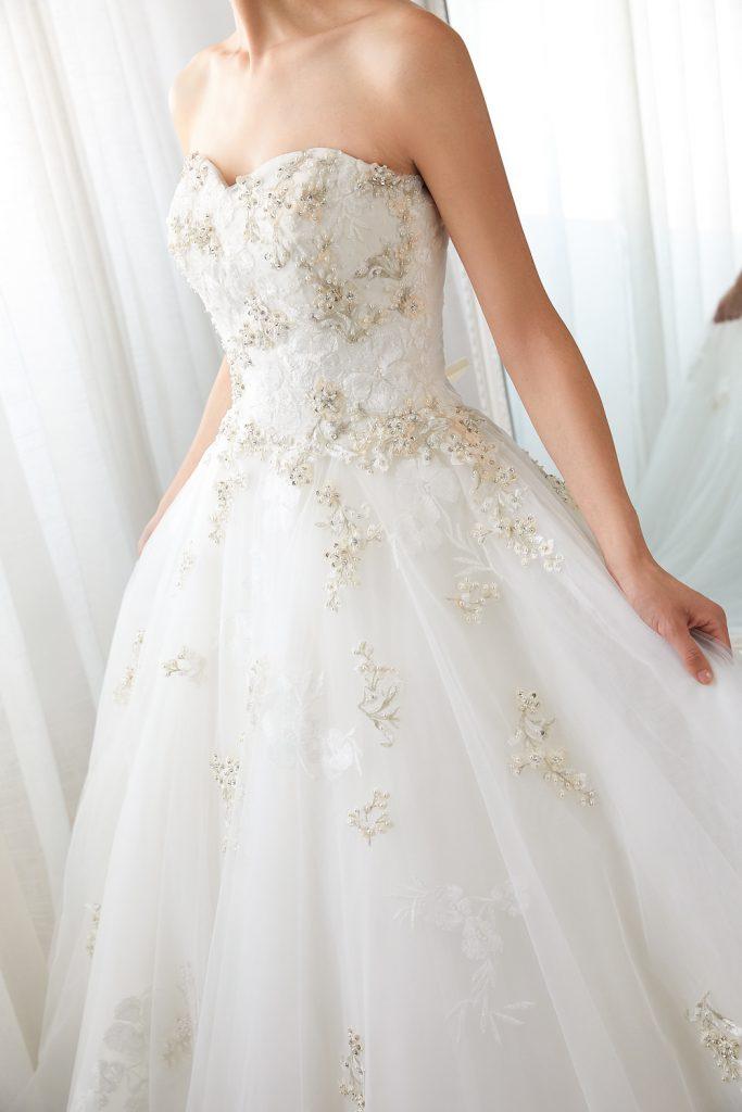 スウィスチュール 豪華な刺繍 ハートネック ウェディングドレス