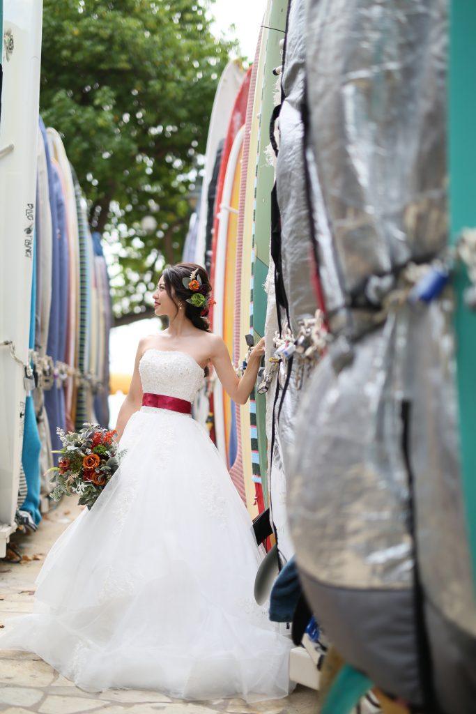 シンプルなAラインドレス 赤いサッシュベルト ハワイウェディング