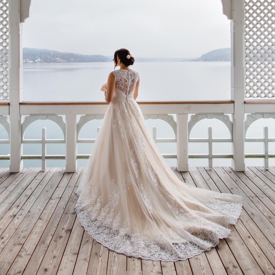 欧米の最新トレンド♪純白じゃないウェディングドレスが来てる