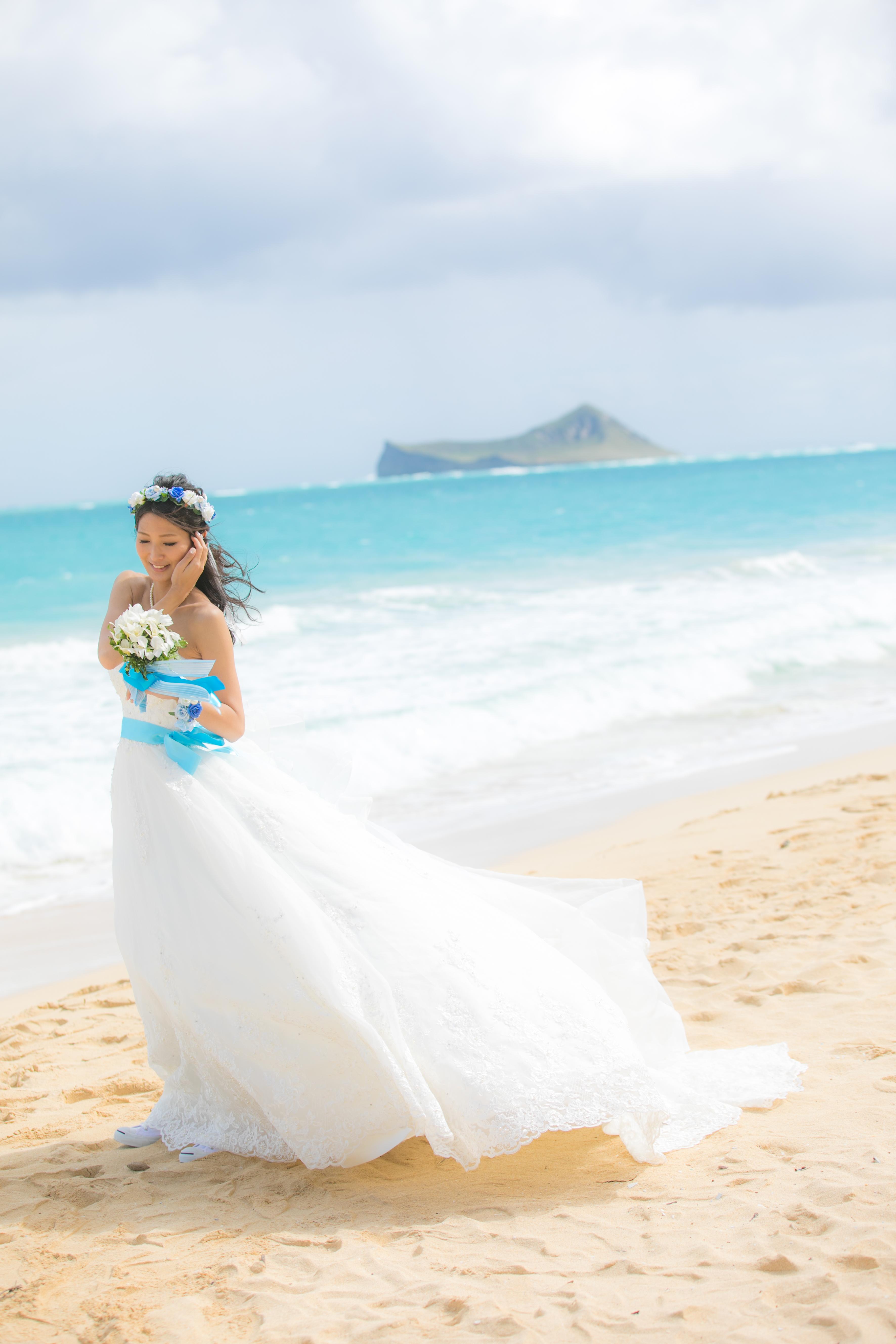 ウェディングドレスにブルーのサッシュベルト ハワイ