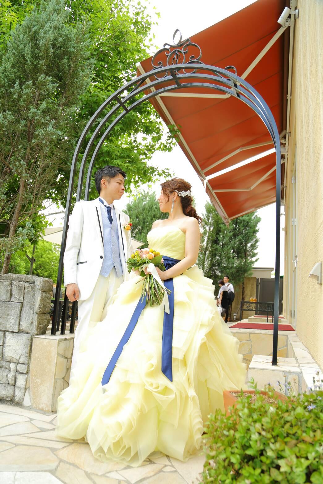 黄色カラードレスにロイヤルブルーサッシュベルト