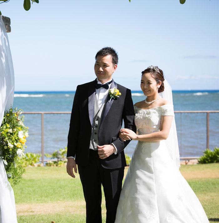 ハワイ 海の見えるガーデンウェディング オフショルダードレス