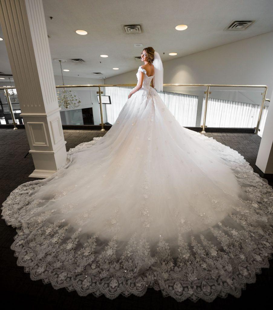 ロングトレーン オフショルダー 豪華 ウェディングドレス