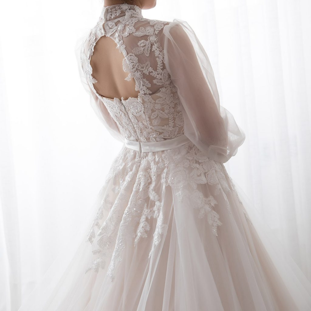 バックが丸く空いたドレス 袖付きドレス
