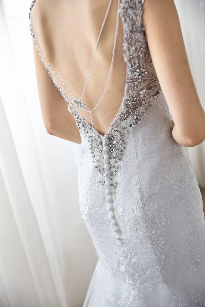 バックレスドレス 装飾付き