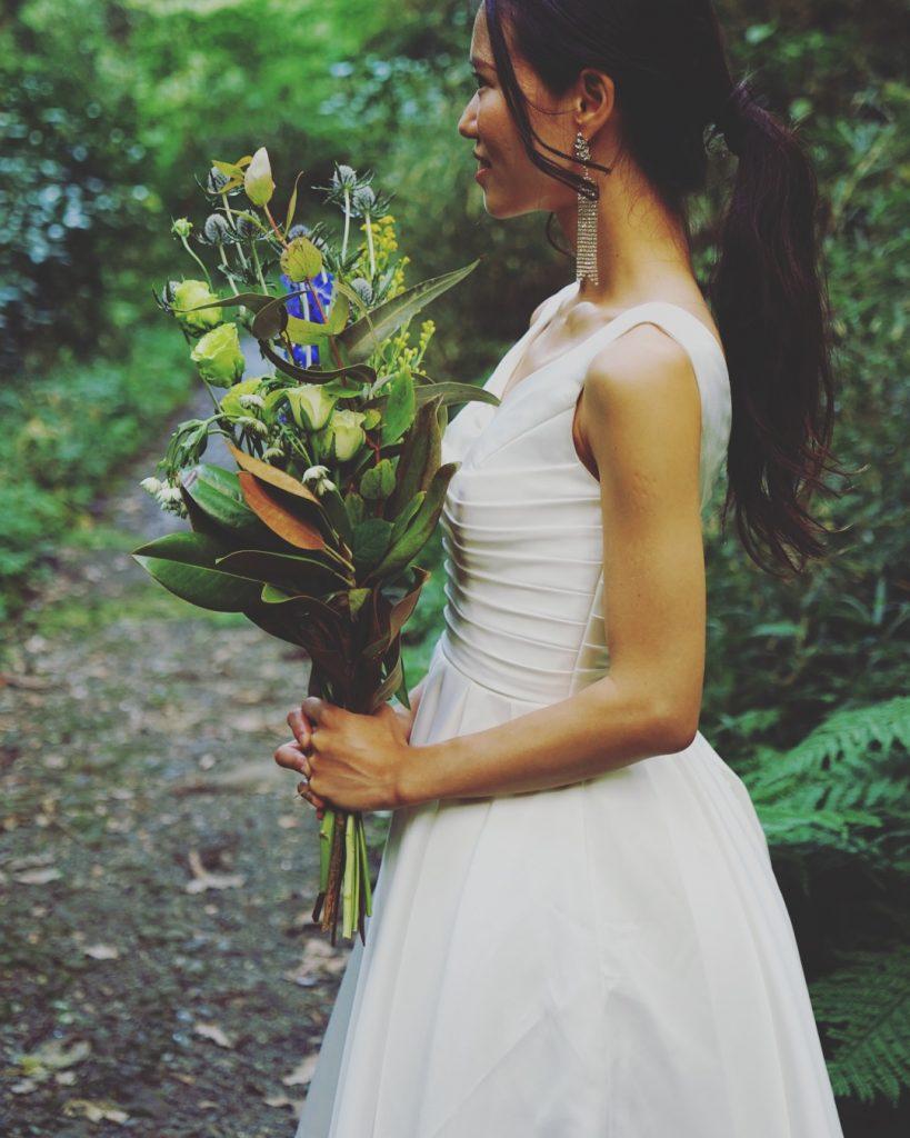 森の中での撮影 結婚式前撮り ミニウェディングドレス ブーケ