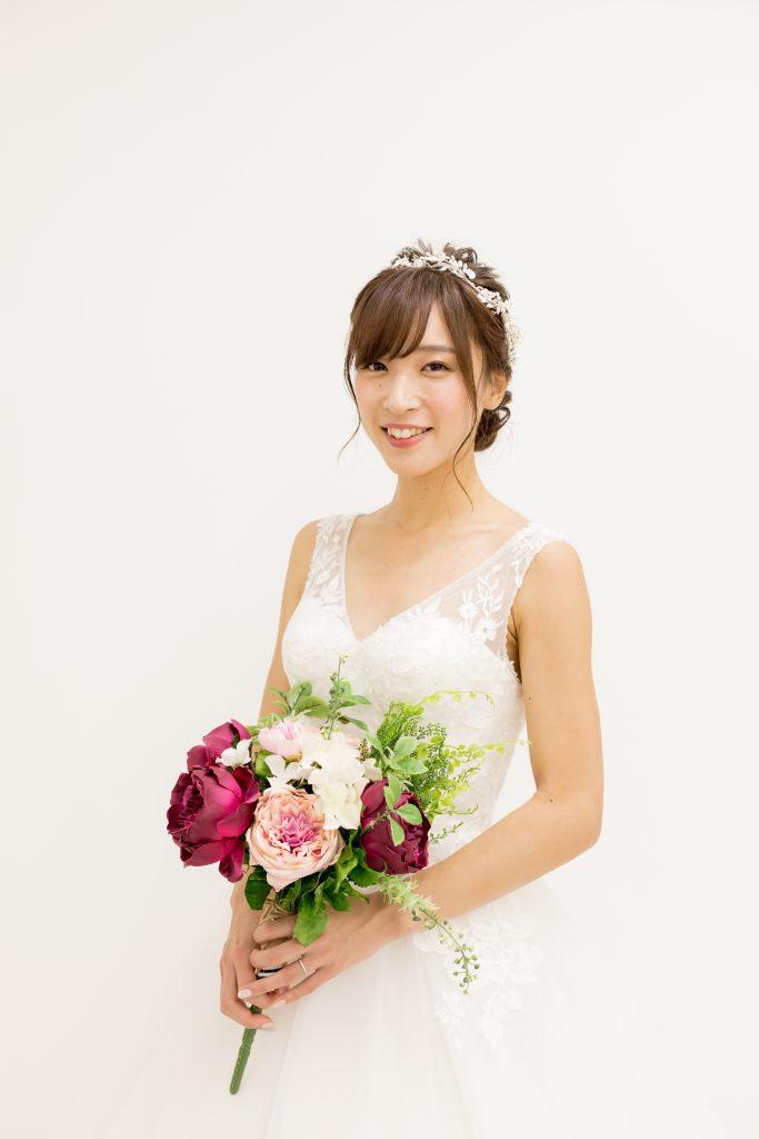 シンプルなvネックドレス 髪型 低い位置にシニヨン