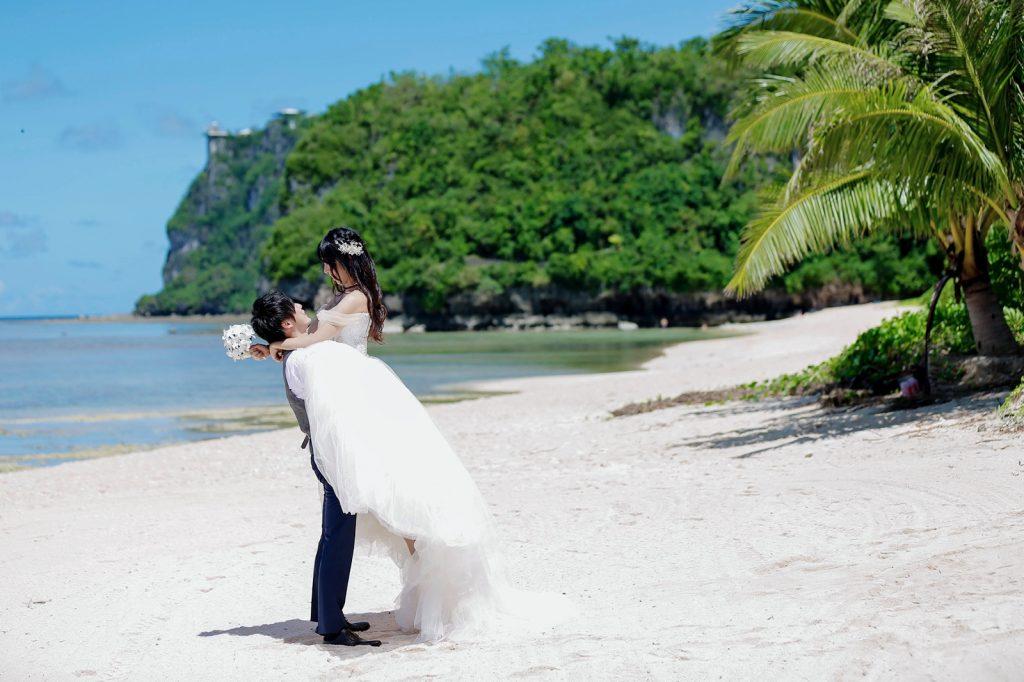 グアム ウェディング ビーチ撮影 プリンセスラインドレス