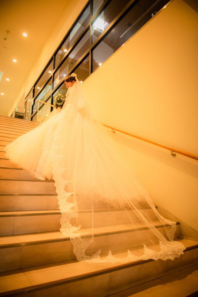結婚式前撮り カフェ空間 ウェディングドレス 階段写真