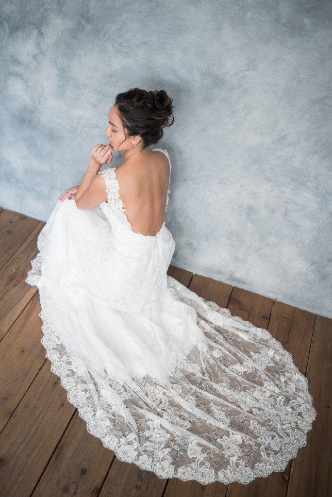 花嫁髪型 バックレスウェディングドレス