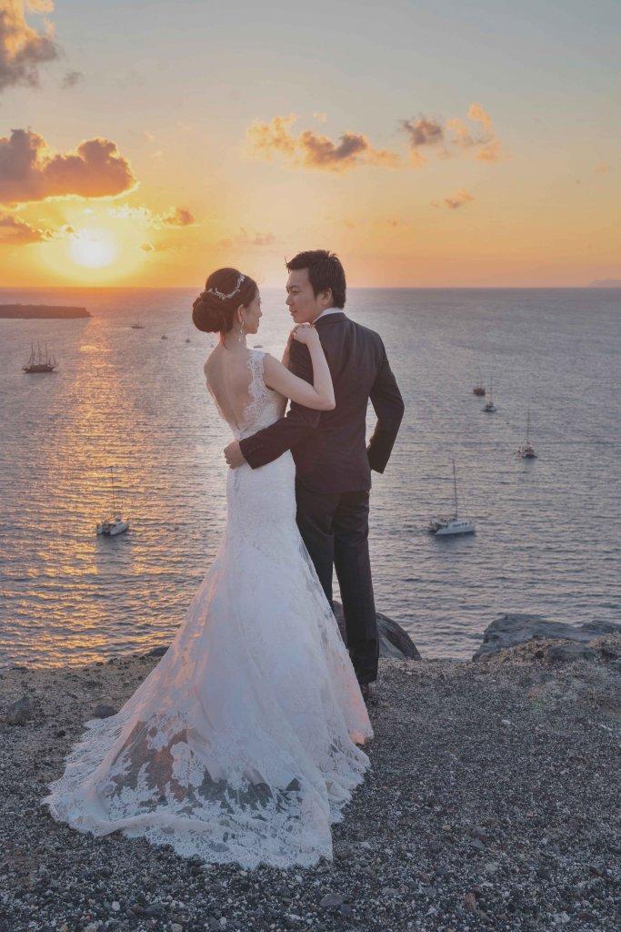 ギリシャ サントリーニ島 ウェディング後撮り バックレスドレス サンセットフォト