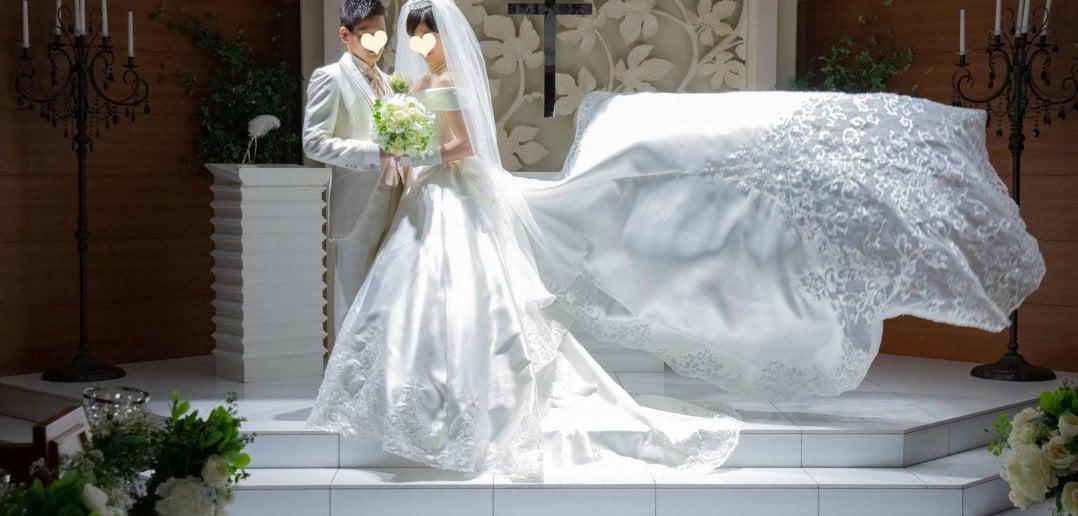 ベルクラシック東京 結婚式 チャペル オフショルダー サテンドレス ロングトレーン