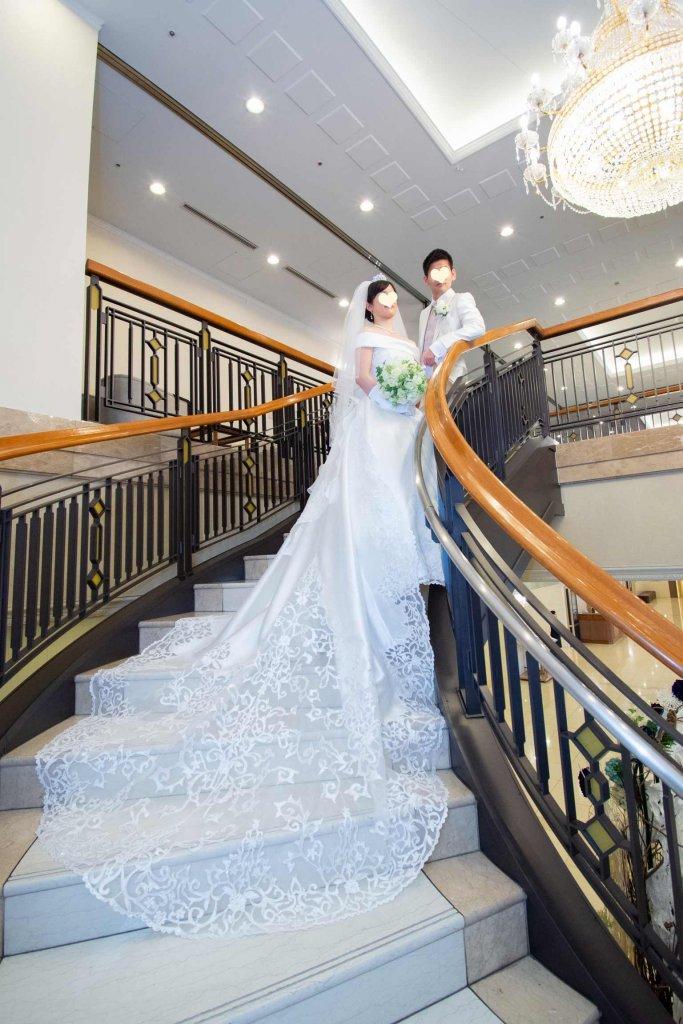ベルクラシック東京 結婚式 ウェディングドレス ロングトレーン 豪華 階段写真