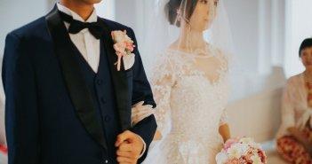 ウェディングドレスとタキシード